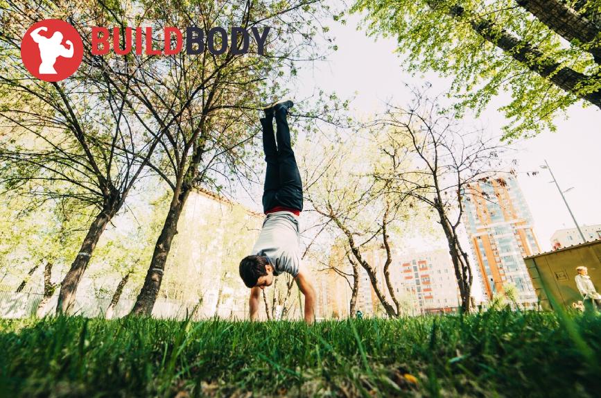Стойка на руках является полезным упражнением в программе тренировок