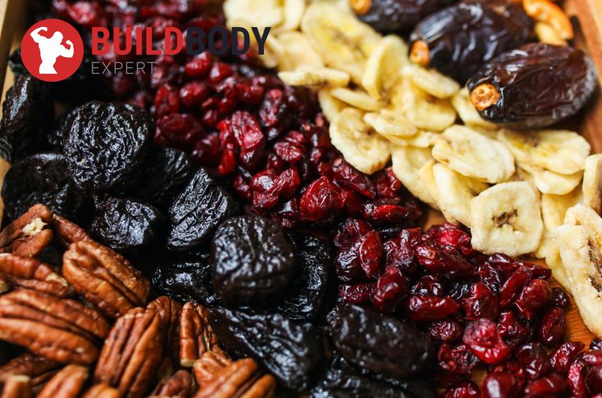 Сухофрукты: чернослив, изюм, финики содержат много фруктозы