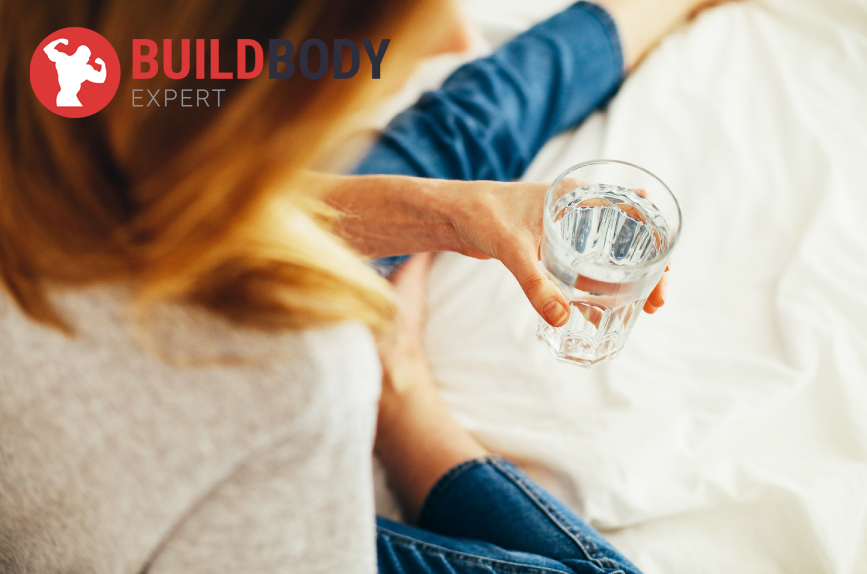Проснувшись утром, не спешите на завтрак - выпейте полстакана теплой воды.